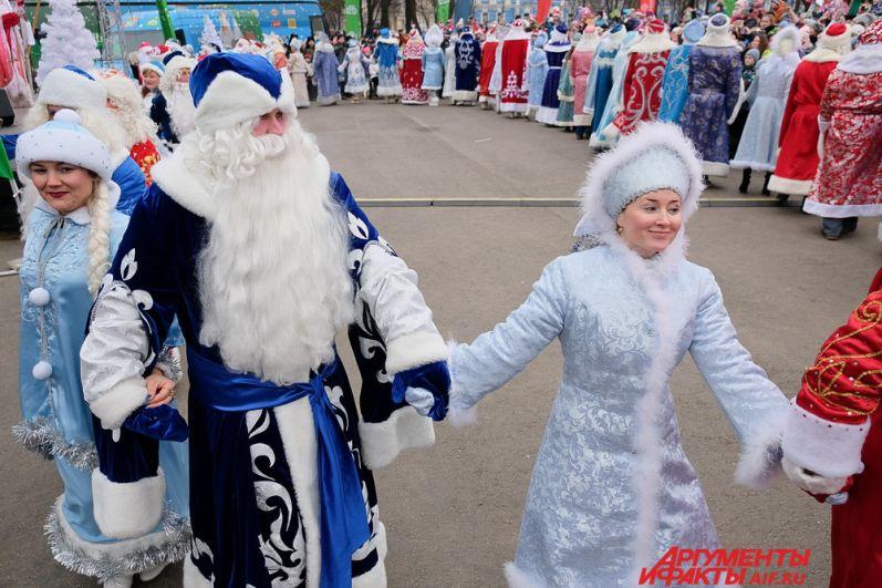 Деды морозы и снегурочки со всего Пермского края танцевали с детьми, а в завершении все дружно зажгли огни на маленькой ёлочке над крыльцом театра.