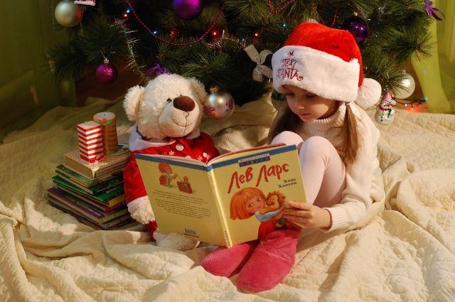 Даже если ребёнок узнаёт, что Деда Мороза не существует, важно поддерживать в нём веру в новогодние чудеса и сюрпризы.