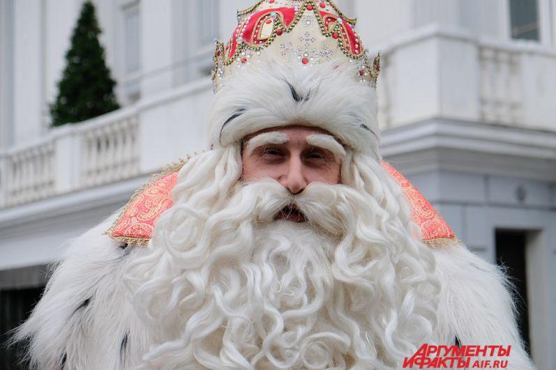Зимний волшебник из Великого Устюга встретился с жителями города в сквере у театра оперы и балета им. Чайковского.