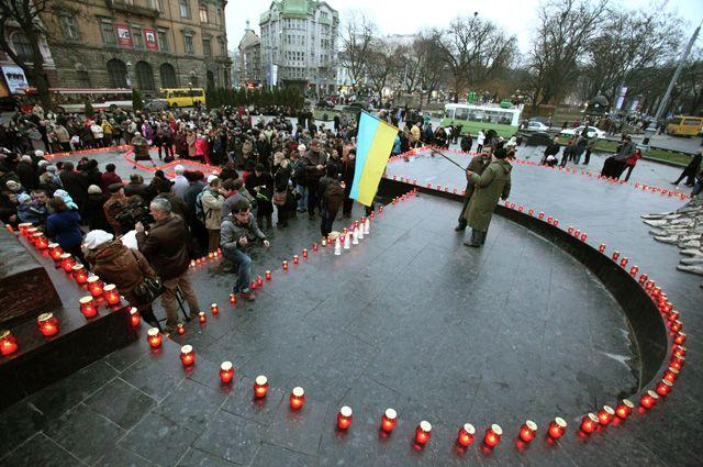 Жители Львова принимают участие в акции памяти жертв Голодомора.