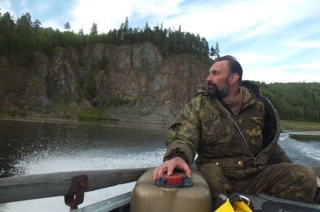 Писатель, как и его герои, живет на реке Енисей.
