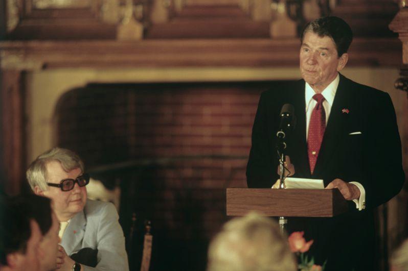 Президент США Рональд Рейган во время встречи с деятелями культуры и искусства в Центральном доме литераторов. Слева — актер Олег Табаков. 1988 год.
