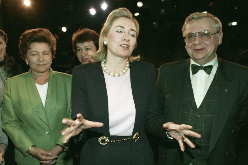 Супруга Президента РФ Наина Ельцина и супруга Президента США Хилари Клинтон беседуют с актером и режиссером Олегом Табаковым после посещения его театра-студии. 1995 год.