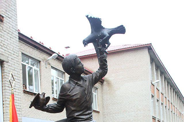 Памятник Жене Табакову в поселке Дуброво Ногинского района.