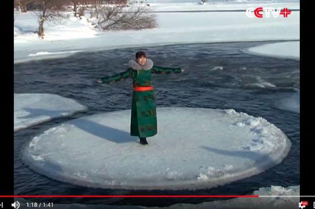 Китайцы поспешили сфотографироваться на фоне аномалии.