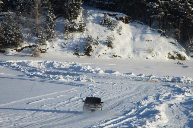 Машина провалилась под лёд.