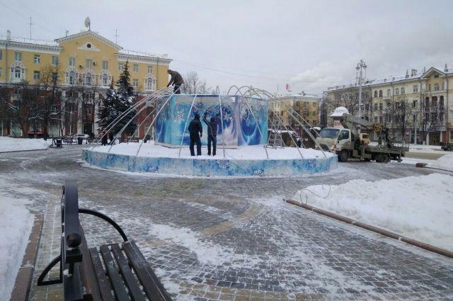 В столице Кузбасса монтируют зимний светодинамический фонтан.