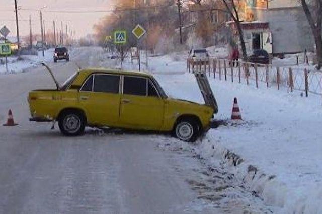 На скользкой дороге пьяный водитель не справился с управлением.