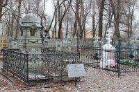 Памятник-надгробие Минаевым на Воскресенском кладбище.