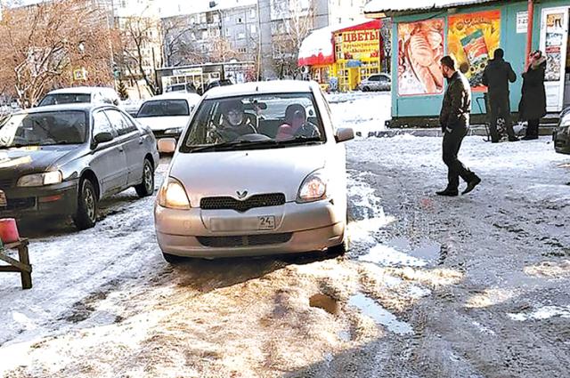 Толстый слой снега, прикрывший лёд, не давал ехать машинам.