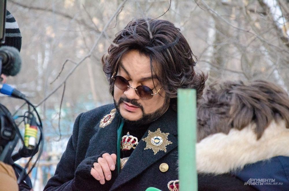 О пятиконечной звезде на могиле прадеда Виктора Маниона. «Я поклонник Советского союза. Я – дитя того времени. Я начал петь в Советском союзе. Все запоминающееся для меня случилось тогда, когда страна называлась СССР. Моя первая пластинка вышла на единственной фирме «Мелодия» в СССР. А потом все это развалилось!»