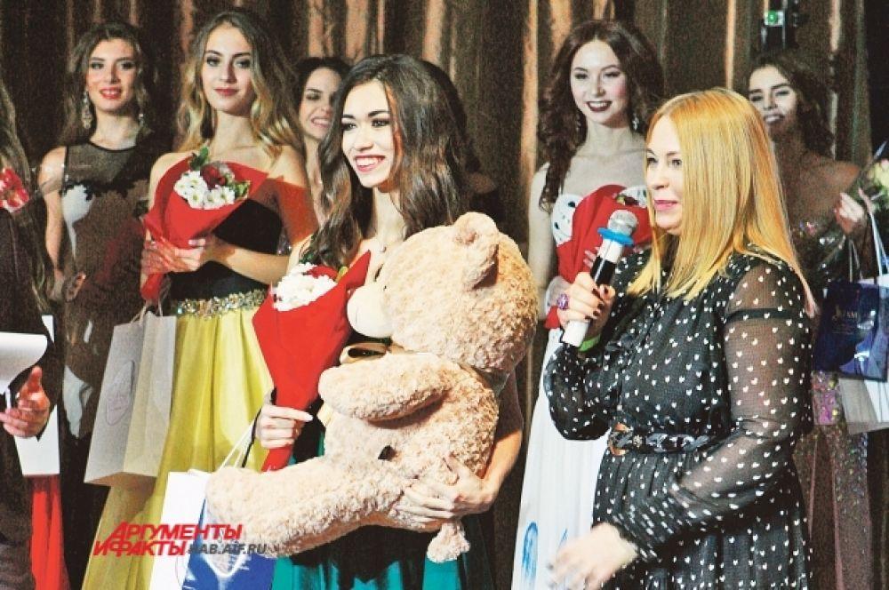 Анна Карпусь подарила мишку «Мисс зрительских симпатий».