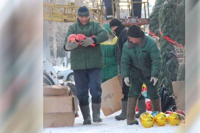 В прошлом году на улице Гончарова вот такие богатыри вешали на ёлочные арки большие шары!