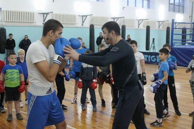 Олимпийский чемпион раскрыл секреты мастерства юным оренбургским  боксерам.