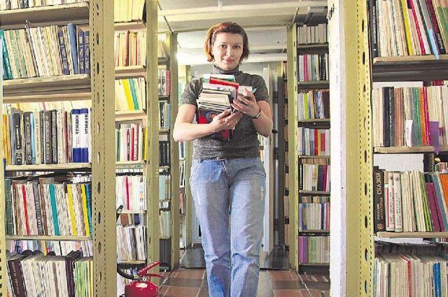 Многочисленные читатели идут в главное книгохранилище края круглый год.
