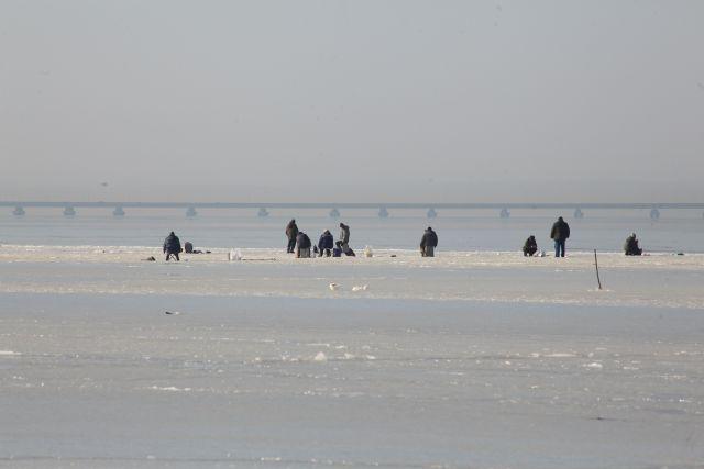 Лёд ещё не набрал силы, но отчаянные рыбаки уже рискуют ради первого зимнего улова.