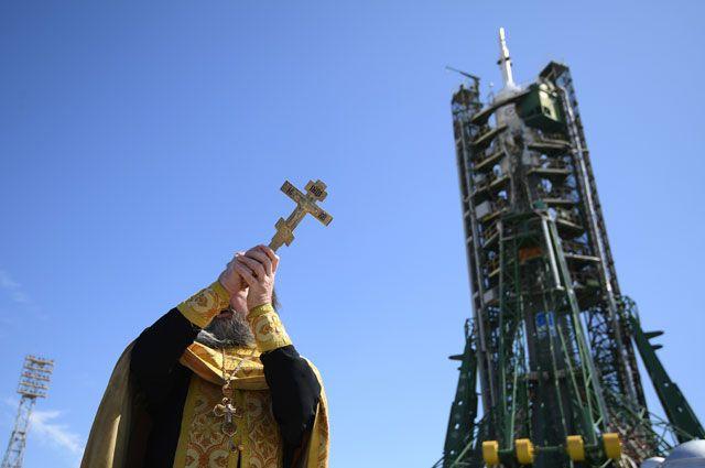 Священнослужитель проводит обряд освящения ракеты-носителя «Союз-ФГ» спилотируемым кораблем «Союз МС-06» перед запуском накосмодроме «Байконур».