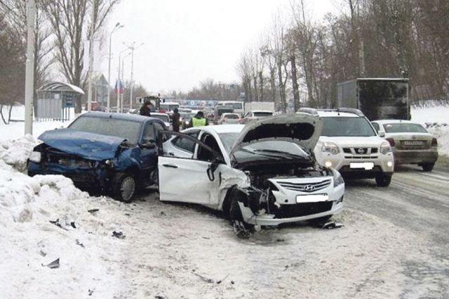 Чтобы избежать аварий на зимних дорогах, готовьте транспорт заранее и соблюдайте ПДД.
