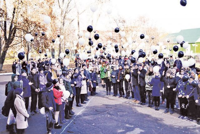 В День памяти жертвам ДТП школьники выпустили множество разноцветных шаров в небо Тамбова.