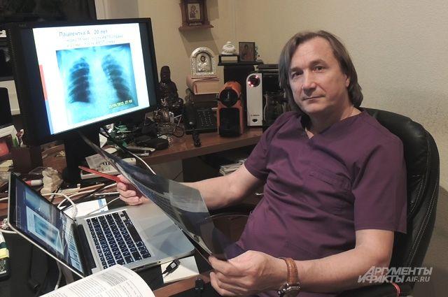 В 2009 года году хирург провёл сложнейшую операцию. Евгений Левченко удалил 17-летней девушке 70 метастазов, сейчас она здорова.