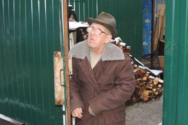 Пока Валентин Махалин живёт в разваливающейся избе, чиновники выясняют, соответствует ли нормативам новый домик из панелей.