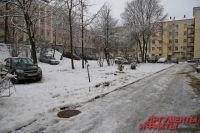 50 лет жители дома на улице Антикайнена, 21 ждали парковку и новый асфальт. Не дождались