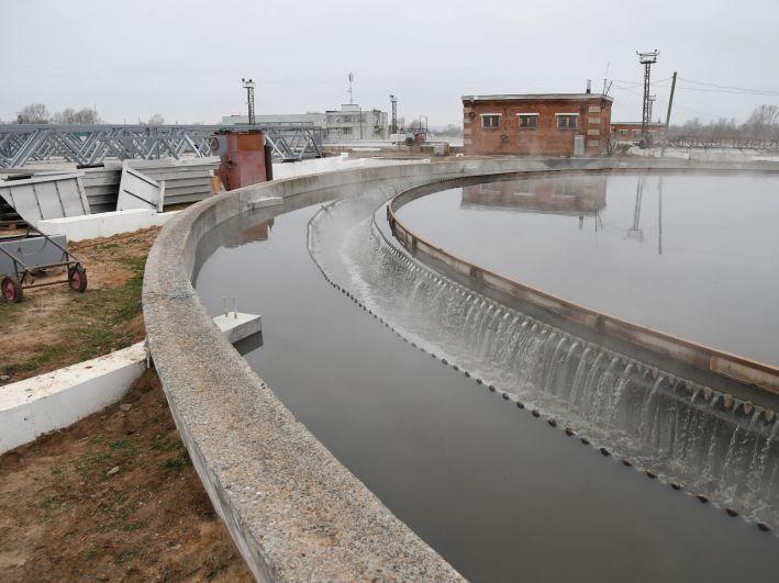 В первичном отстойнике происходит освобождение воды от взвесей.