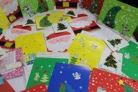 Снегурочка забрала письма ребят, чтобы передать их Деду Морозу.