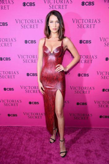 Белла Хадид выбрала длинное платье красного цвета, сделав акцент на глубоком декольте и разрезе на ноге.