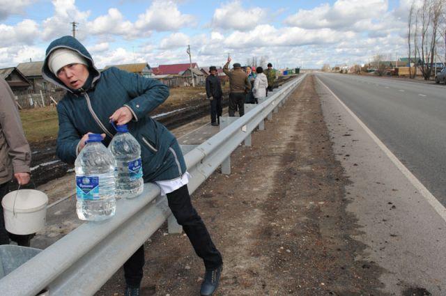 Жителям села Кашинка Цильнинского района с 2015 года, чтобы водицы напиться, надо не только дорогу перейти, но и через отбойник перемахнуть...