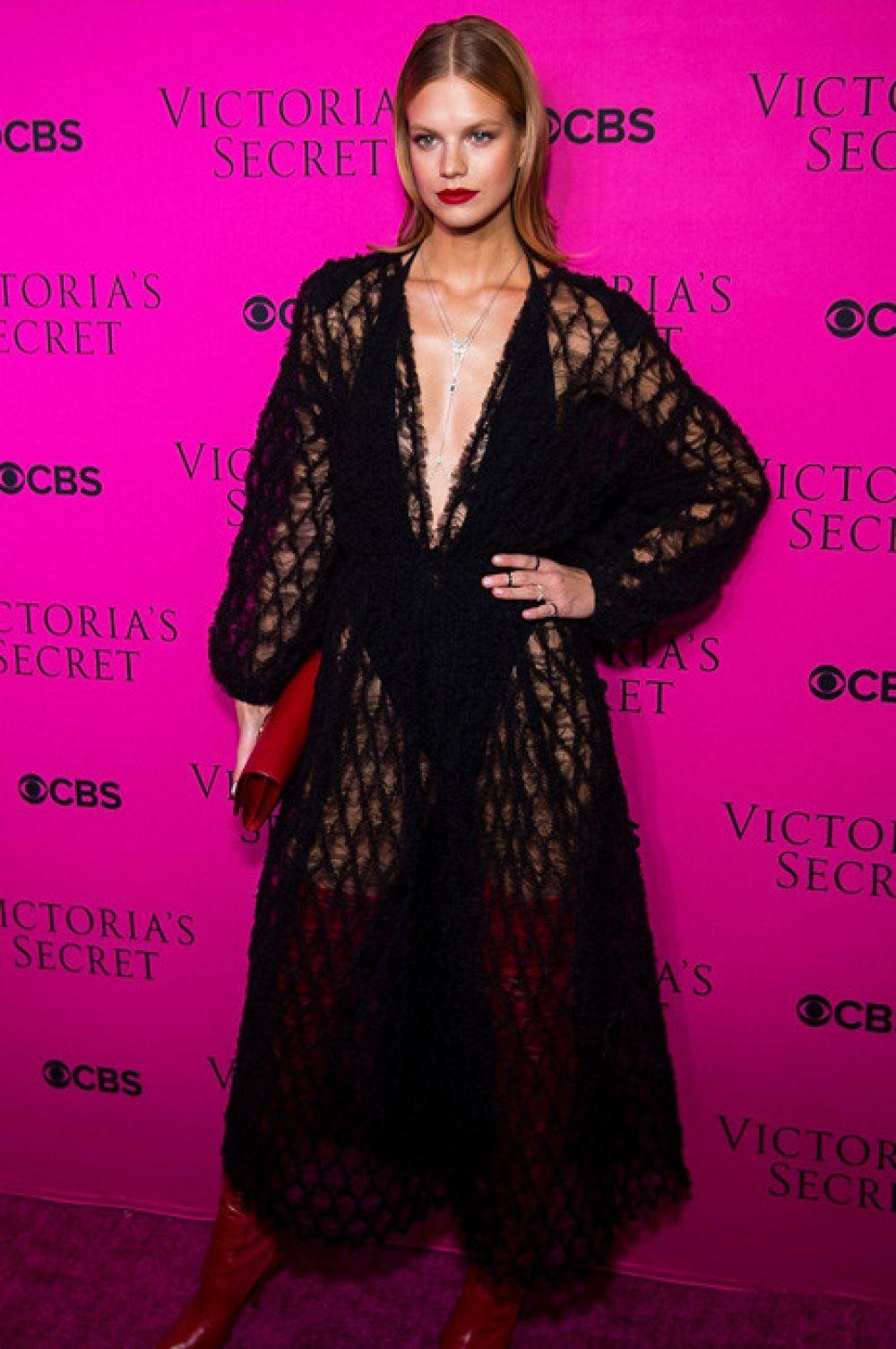 Надин Леопольд в полупрозрачном кружевном платье дополнила свой образ красными высокими сапогами и клатчем.