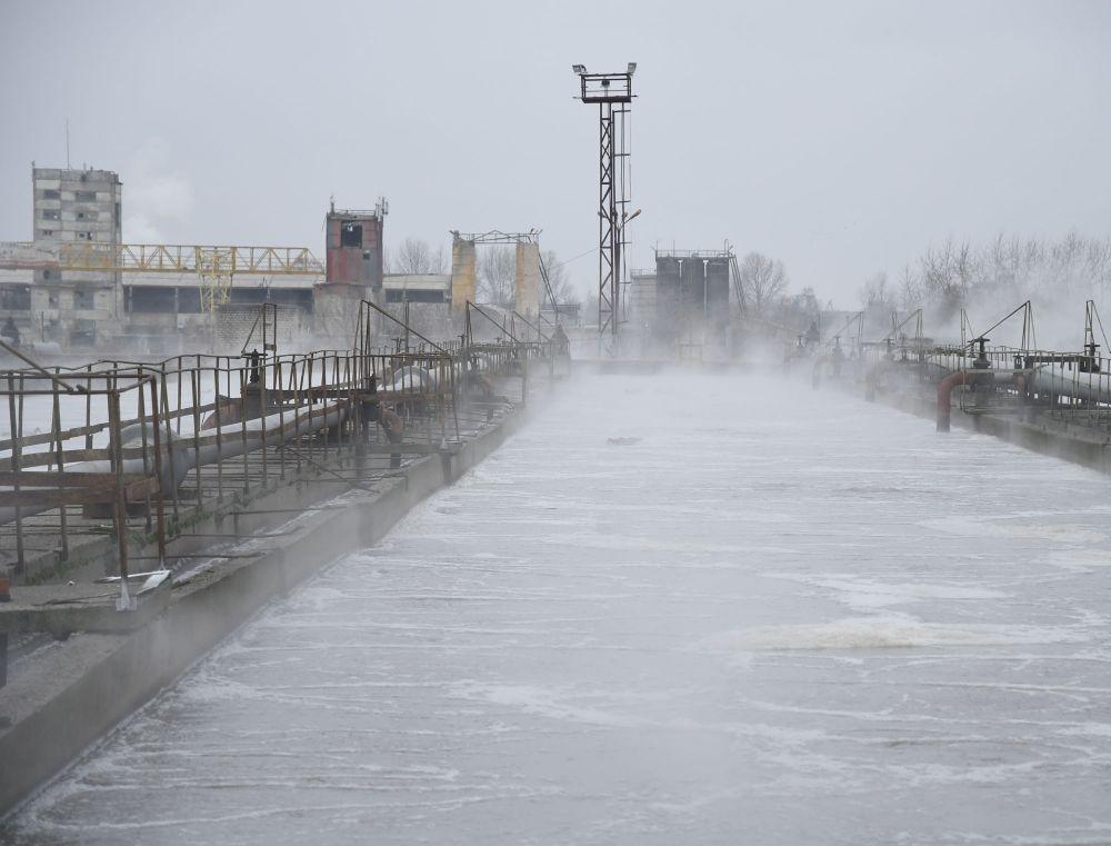 Вода из городских канализационных коммуникаций поступает в приемные камеры очистных сооружений.