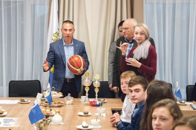 Спортсмены подарили федерации баскетбольный мяч и кубки  победителей.