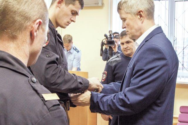 В зале суда Виталию Шувалову надели наручники и взяли под стражу.