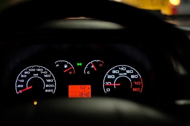«Бензиновые» воры: в Тюмени неизвестные сливают бензин с баков автомобилей