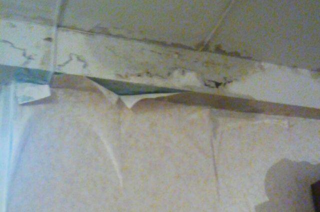 Тазики, куда стекают талые воды с крыши, расставлены среди детских кроваток.
