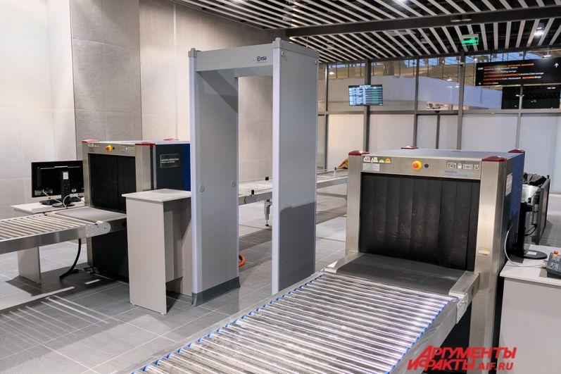 На первом этаже установлены банкоматы и автоматы, в которых можно купить горячие напитки и сладости.