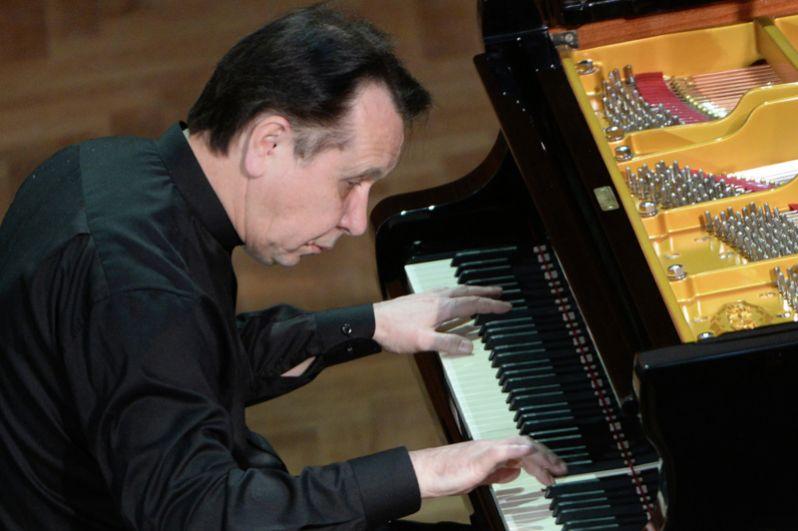 Пианист Михаила Плетнёв был награждён  в 2005 году.