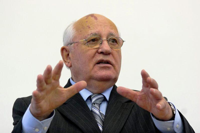 Заветная статуэтка есть у Михаила Горбачева. В 2005 году ему, а также Биллу Клинтону и Софи Лорен вручили её за озвучивание сказки Прокофьева «Петя и Волк».