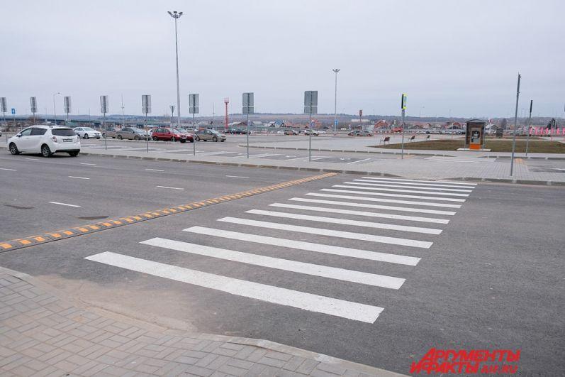 Парковка перед зданием воздушной гавани рассчитана на 654 машины.