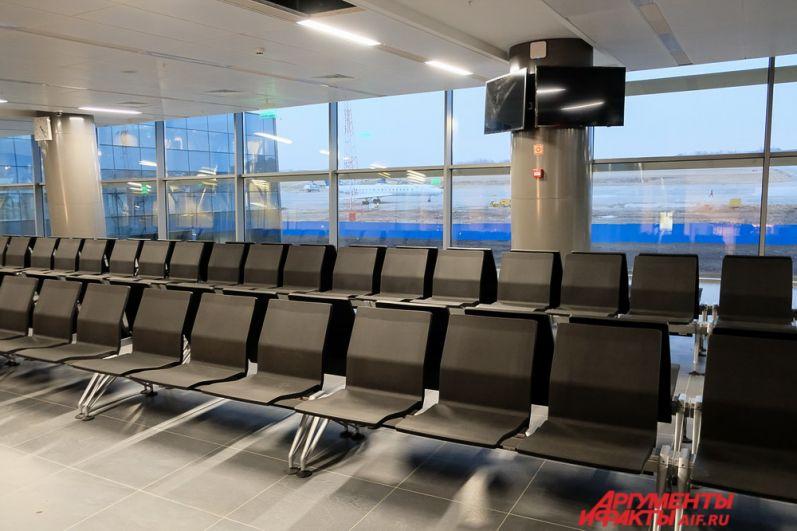 После регистрации пассажиры могут пройти в зал ожидания на второй этаж.