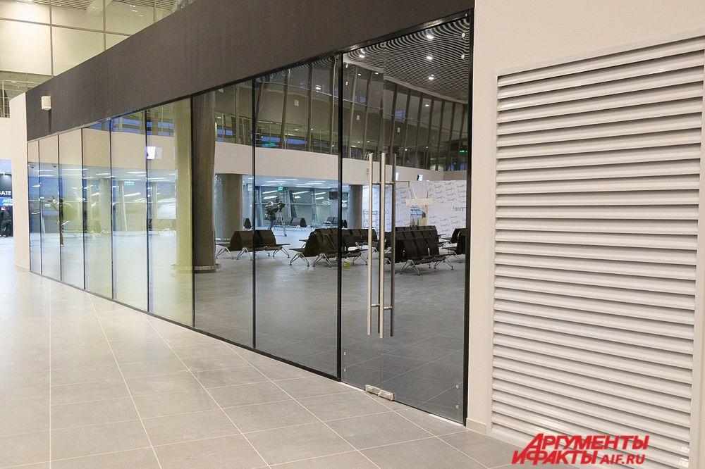В зале повышенной комфортности с матовыми стёклами могут находиться до 120 человек.