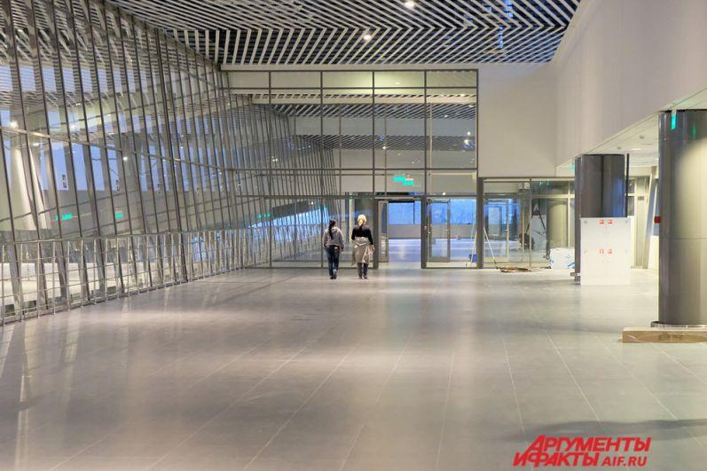 По прилёту гости города проходят по галерее перехода и спускаются на первый этаж в зону таможенного и паспортного контроля, а оттуда в зал выдачи багажа.