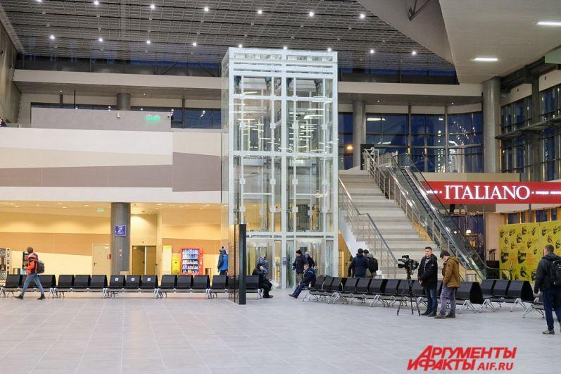 С первого на второй этаж можно подняться на эскалаторе или воспользоваться лифтом.