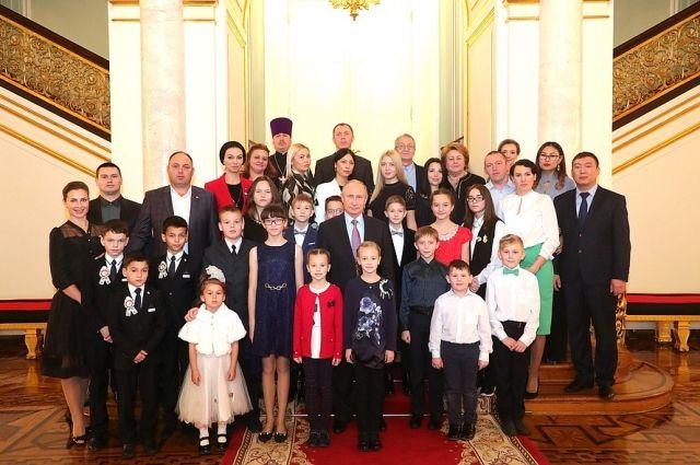 Владимир Путин с победителями всероссийского конкурса «Семья года».