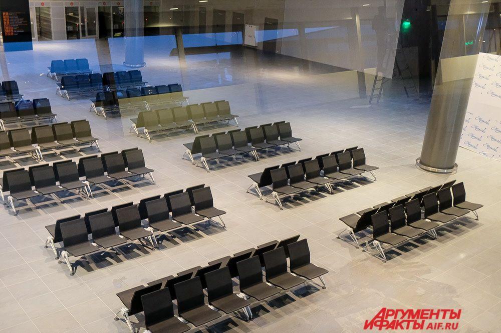 После получения багажа по зелёному и красному коридору гости города попадают в главное фойе аэропорта.