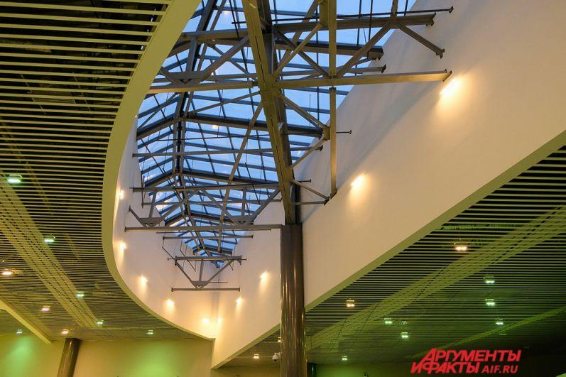 На втором этаже нового терминала расположены таможенный и паспортный контроль, зона предполётного досмотра, выходы на посадку, зал ожидания и комната матери и ребёнка.