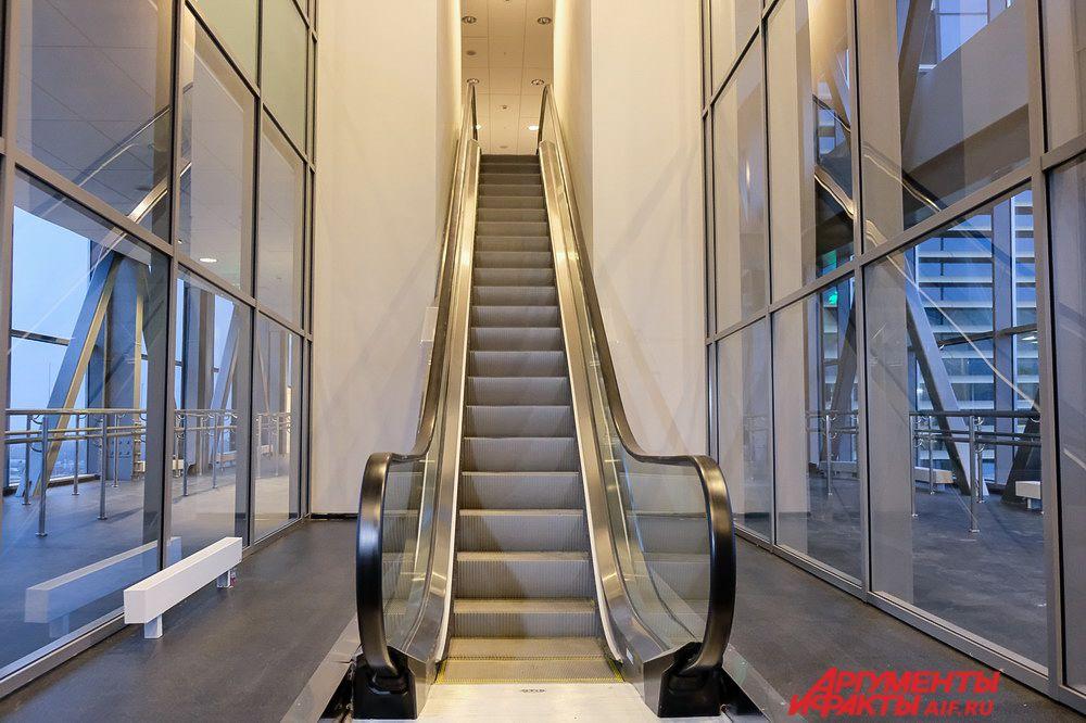 В центре фойе первого этажа находится информационная стойка, окружённая витринами с пермскими сувенирами.