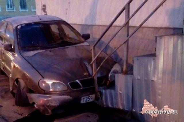 СМИ: в Оренбурга  иномарка врезалась в крыльцо магазина.