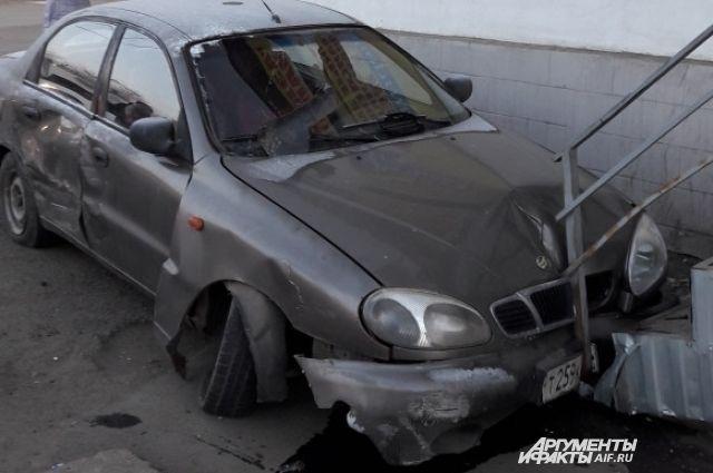 Подробности ДТП с иномаркой, врезавшейся в крыльцо магазина в Оренбурге.